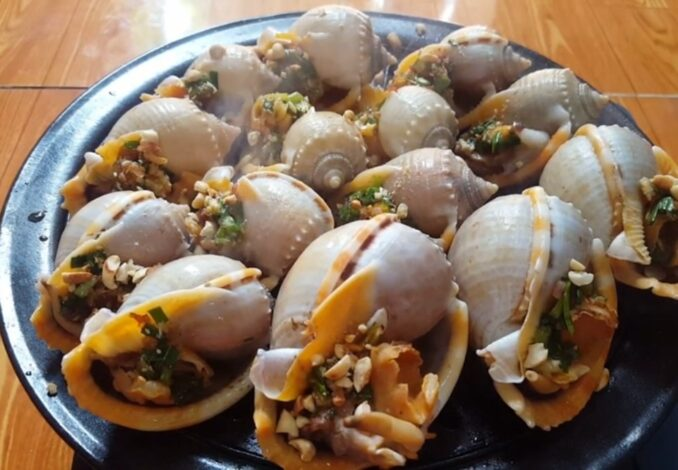 grilled garlic snails in spring onion oil sauce