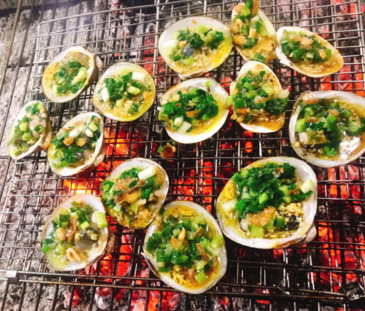Grilled mangrove clams with spring onion oil sauce
