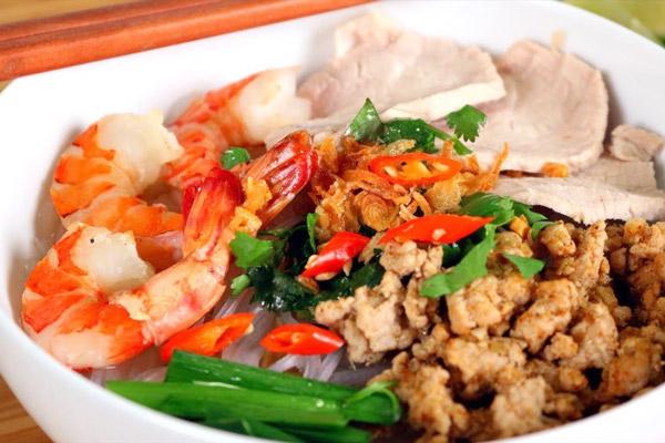 prepare hu tieu bowl