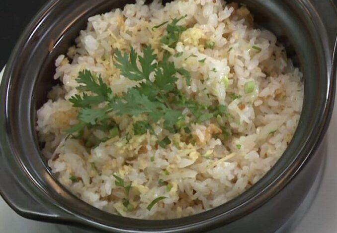 displaying fried rice pot