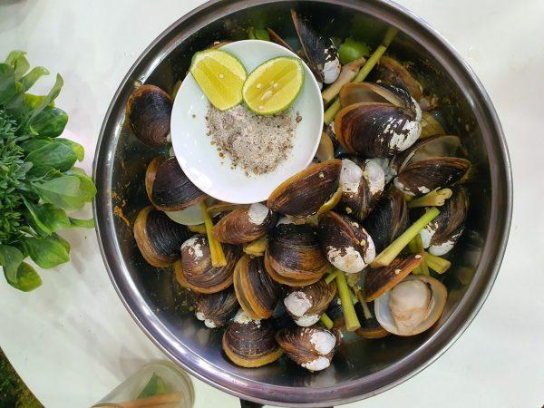 steamed big basket clams with lemongrass stalks (Cyrenobatissa subsulcata)