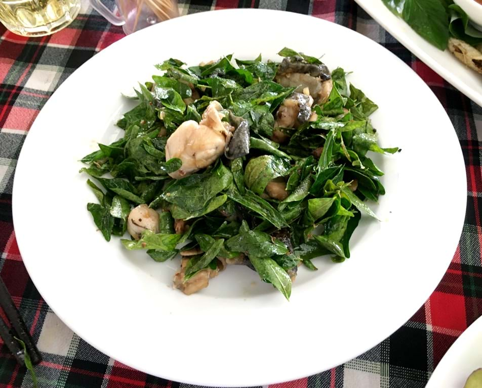 Stir-fried frogs with curry leaves