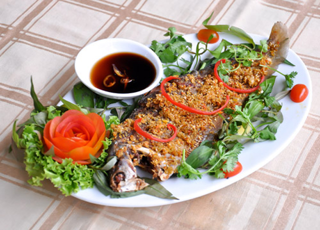 Deep-fried spotted knifefish with lemongrass