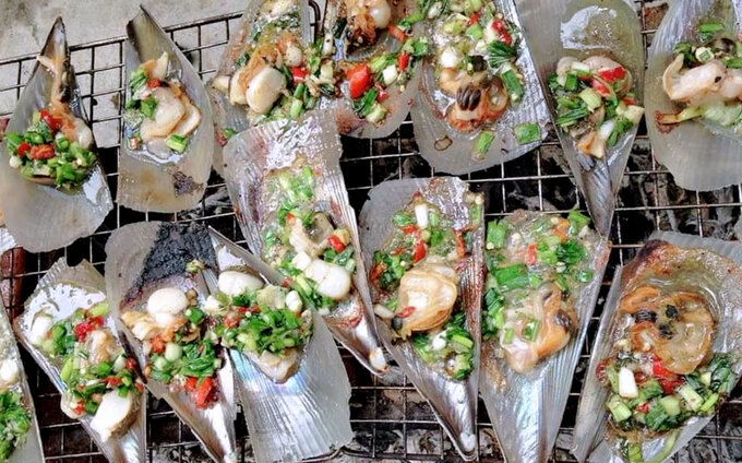 Grilled comb pen shells with spring onion oil