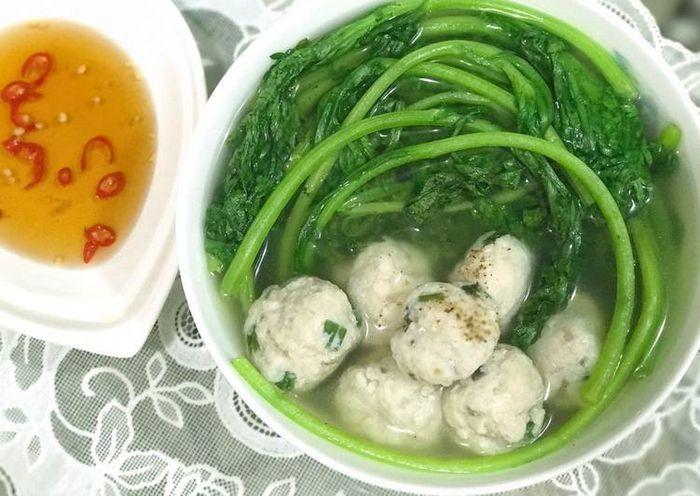 Knifefish ball soup with chrysanthemum greens