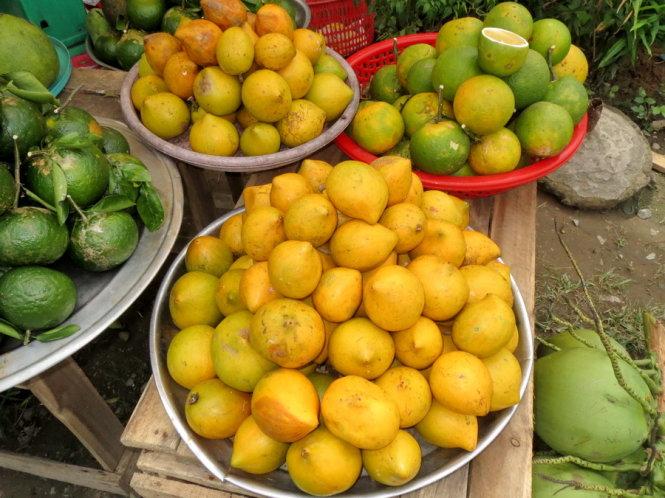 Lucuma eggfruits sold by a street vendor