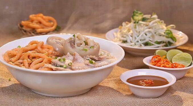 serving bun suong noodle soup